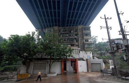 Дом под мостом